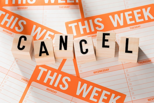 Week agenda with canceled message Free Photo