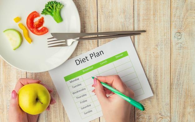 Еженедельный план диеты. концепция правильного питания. Premium Фотографии