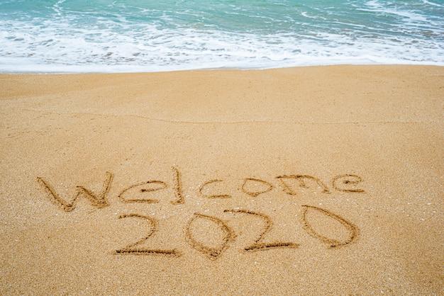 砂に書かれた2020へようこそ Premium写真