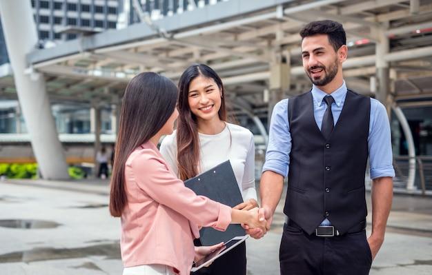 ウェルカムと握手のビジネスパートナー。 Premium写真