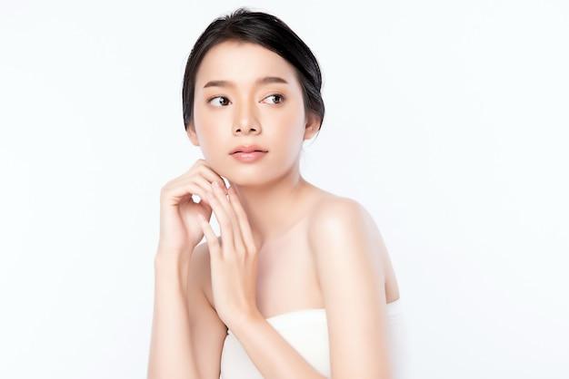 Концепция кожи красивой молодой азиатской женщины портрета чистая свежая чуть-чуть. азиатская девушка красоты по уходу за кожей лица и здоровья wellness, уход за лицом, идеальная кожа, натуральный макияж, два Premium Фотографии