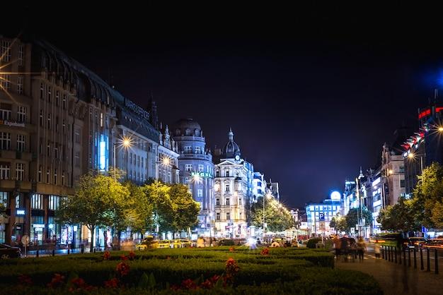 Вацлавская площадь ночью. прага, чехия. Premium Фотографии