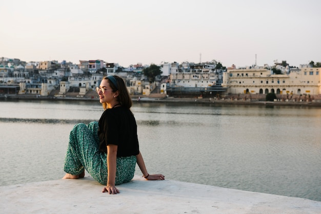 Western woman enjoying a view of pushkar lake in rajasthan Free Photo