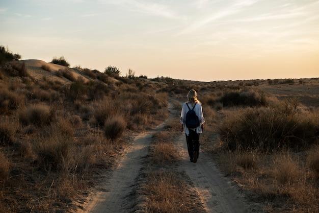 Western woman exploring thar desert in rajasthan india Free Photo