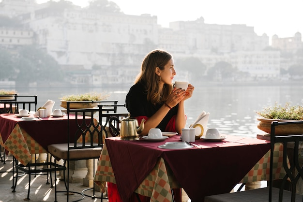 Western woman having a teatime at a cafe in udaipur Free Photo