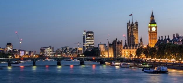 Вестминстерское аббатство и биг бен ночью, лондон, великобритания Premium Фотографии