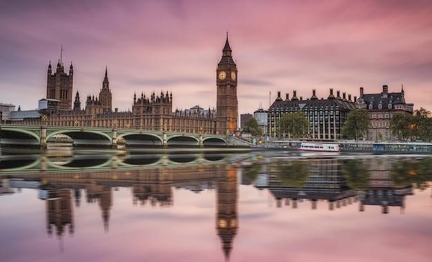 Вестминстерское аббатство и биг бен над темзой в лондоне с отражением на реке Premium Фотографии