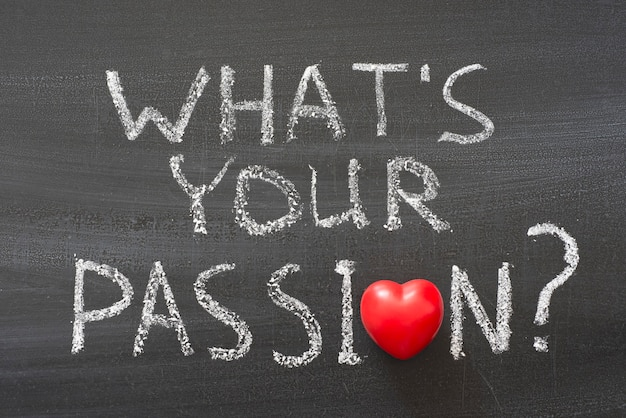 あなたの情熱は何ですか?赤いハートのシンボルと黒板に手書きのフレーズ Premium写真
