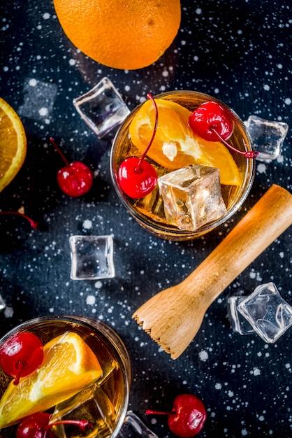 オレンジとカクテルチェリーとウイスキー Premium写真