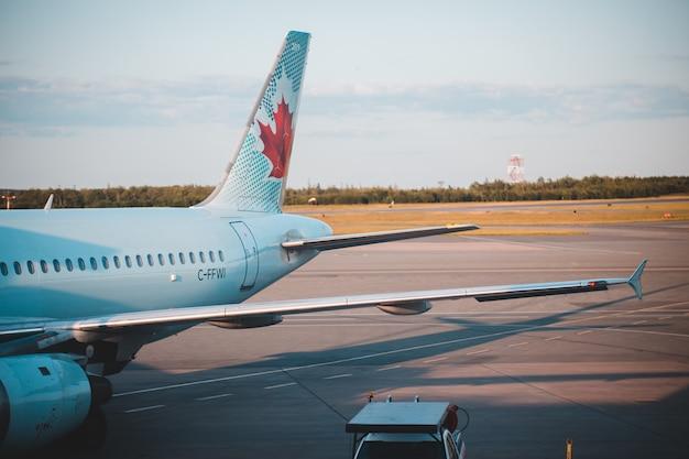 昼間の白い旅客機 無料写真