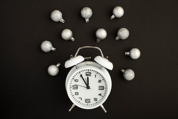 Белый будильник и рождественские серебряные шары Premium Фотографии