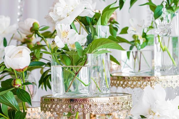 白いアルストラメリア植物の花はガラスの瓶にクローズアップ。 無料写真