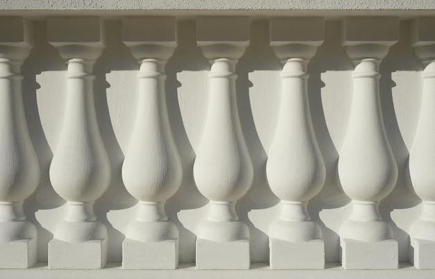 Белая древняя архитектурная колонна как фон Premium Фотографии