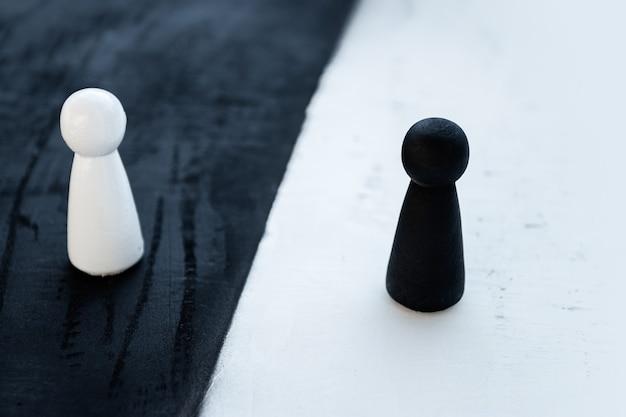 白と黒の木製人形 Premium写真