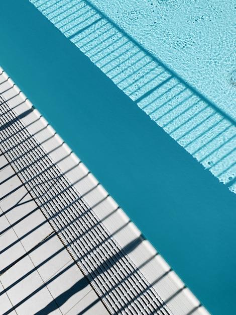 白と青の縞模様の影 無料写真