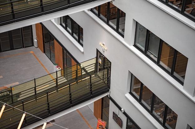 Белое и коричневое бетонное здание Бесплатные Фотографии