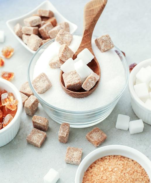 白と茶色の砂糖 無料写真