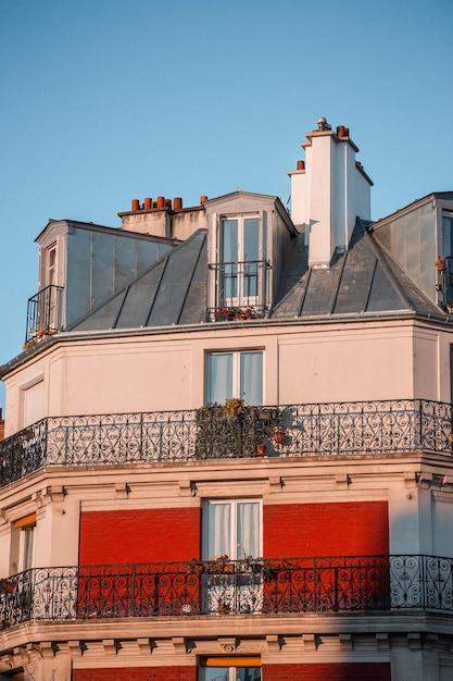 Белое и красное бетонное здание Бесплатные Фотографии