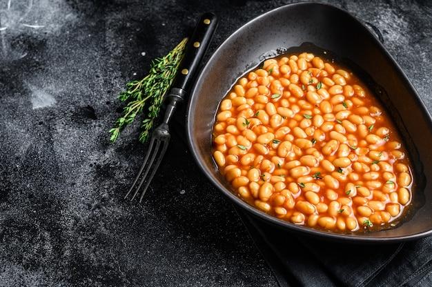 プレートのトマトソースの白豆 Premium写真