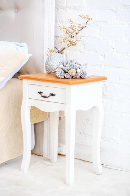 Белая тумбочка. декоративная ваза концепт интерьера Premium Фотографии