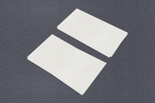 Белый пустой шаблон визитной карточки, белая визитная карточка на черном фоне Premium Фотографии