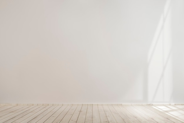 Макет белой пустой бетонной стены с деревянным полом Бесплатные Фотографии