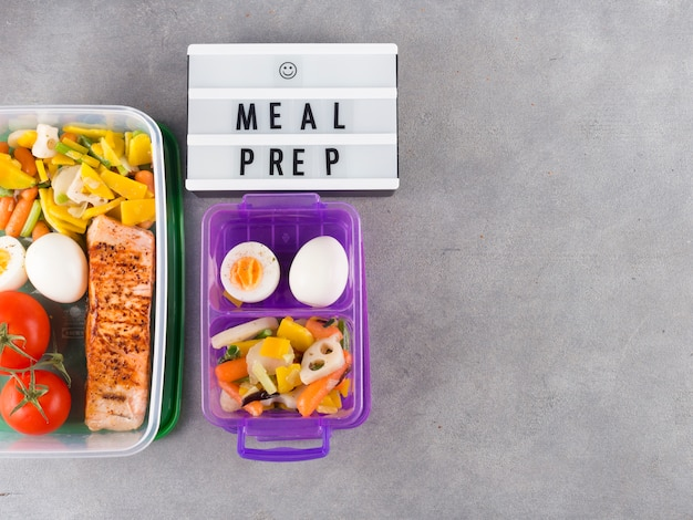 White board with meal prep inscription near food in containers Free Photo