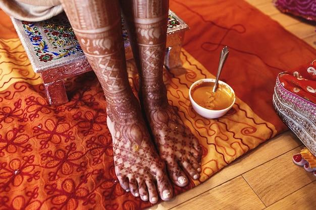 Белая чаша с куркумистой пастой стоит под индийской невестой Бесплатные Фотографии
