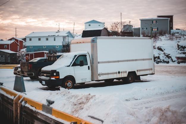 Camion della scatola bianca in un parcheggio Foto Gratuite