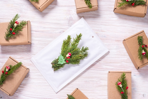 木製のクリスマスツリーの飾りで飾られた白い泡封筒abd段ボール箱 Premium写真