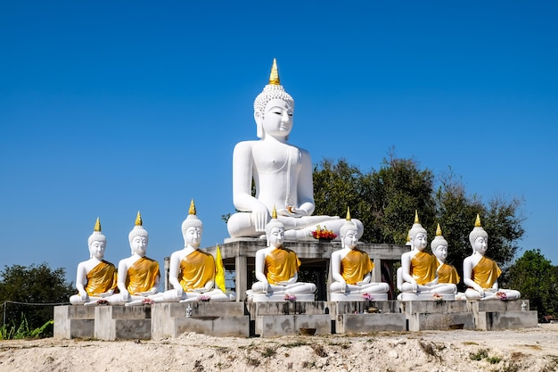 White buddha with blue sky background show to people who have a faithful Premium Photo