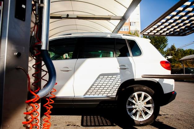 Белая машина въезжает в автомойку Бесплатные Фотографии