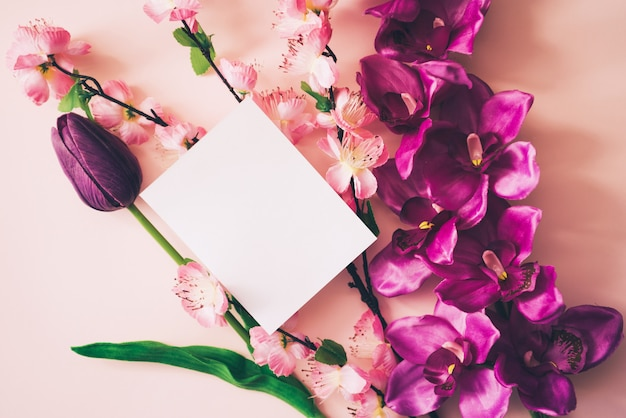 White card for mock up with beautiful flowers background Free Photo