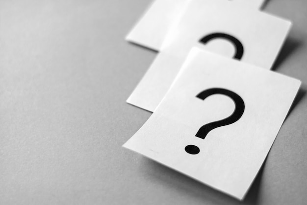 White cards with printed question marks Premium Photo
