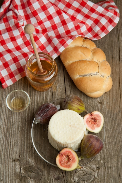 White cheese with figs and bread Premium Photo