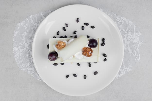 Белый шоколадный торт на белой тарелке. Бесплатные Фотографии