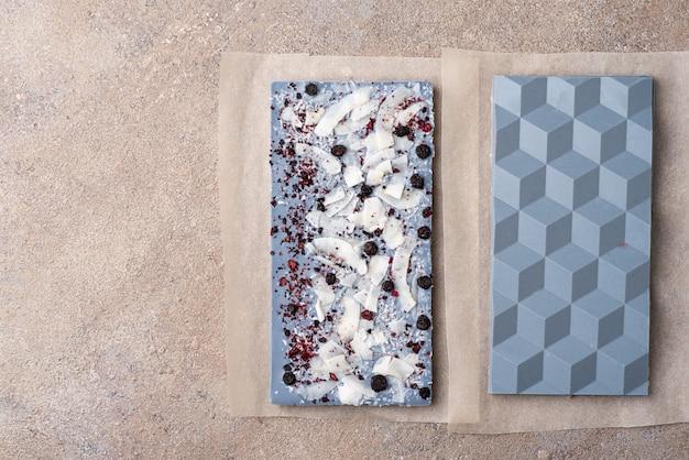 お茶あんちゃんとフリーズドライブルーベリーで染色したホワイトチョコレート Premium写真