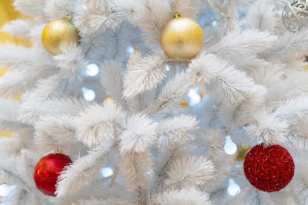 미니 조명, 빨간색과 황금색 공으로 장식 된 화이트 크리스마스 트리 무료 사진