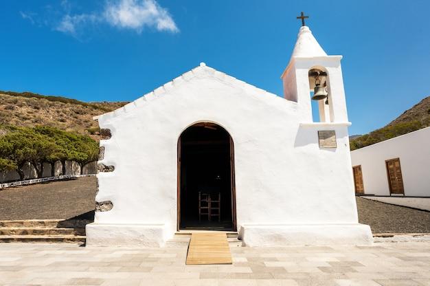 Белая церковь с видом на колокол Premium Фотографии