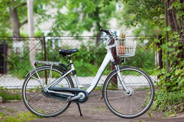 晴れた日のバスケットでpineapppleと白い都市女性自転車 Premium写真