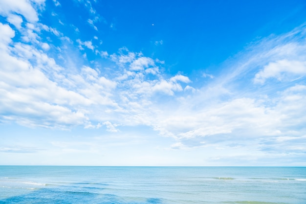 푸른 하늘과 바다에 흰 구름 무료 사진