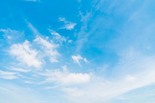 푸른 하늘에 흰 구름 프리미엄 사진