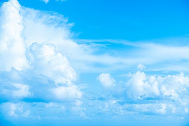 Белые облака в голубом небе абстрактный размытый фон Premium Фотографии