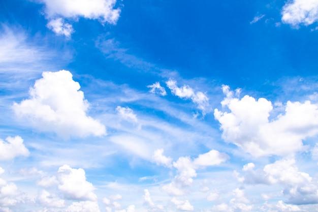 Белые облака в голубом небе, красивое небо с облаками Premium Фотографии