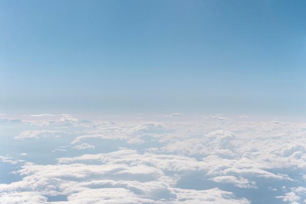 Nuvole bianche viste dall'aereo Foto Gratuite