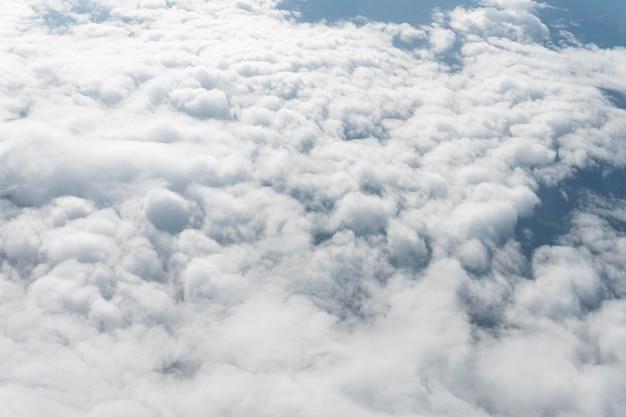 비행기에서 본 흰 구름 프리미엄 사진