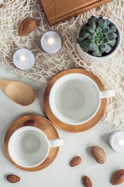 ホワイトコーヒーティーカップとアーモンドナッツの組成 Premium写真