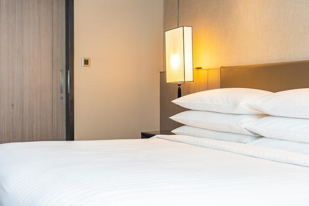 Белая удобная подушка и одеяло на кровати в спальне Бесплатные Фотографии