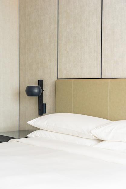 침실의 흰색 편안한 베개 장식 인테리어 무료 사진