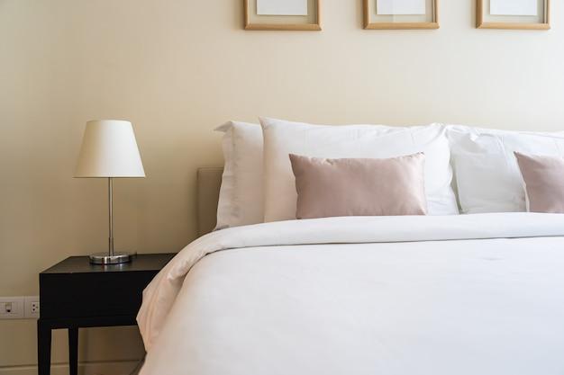 침대 장식 인테리어에 흰색 편안한 베개 무료 사진